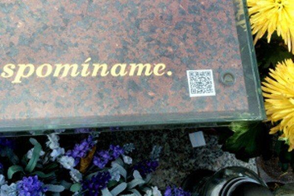 Postupne budú QR kódy na hroboch na prievidzských cintorínoch pribúdať.