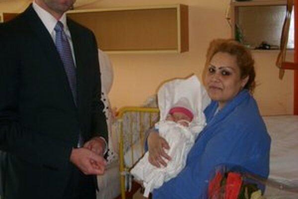 Šťastnej mamičke Marte, ktorá sa teší z dcéry Viktórie, zablahoželal aj riaditeľ.