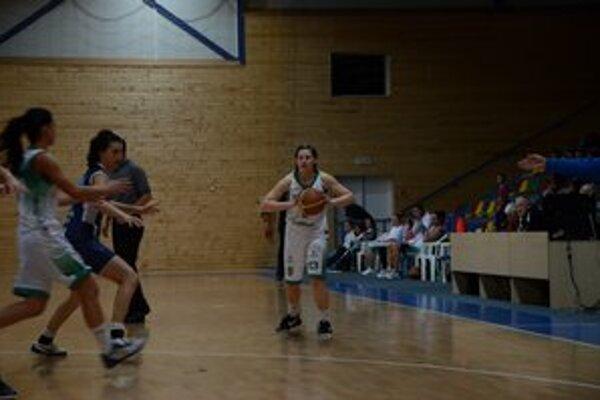 Ako súperka. V drese Sp. Novej Vsi B hrá aj V. Vajnerová, ktorá v minulej sezóne obliekala dres MBK Región Rožňava.