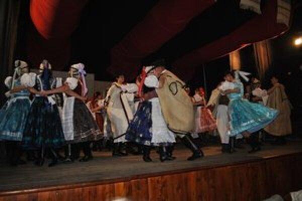 Dolina. Súbor patrí k folklórnym stáliciam Gemera.