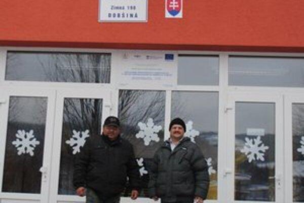 Hliadkujú. Ladislav Červenák s kolegom hliadkujú aj v miestnej základnej škole.
