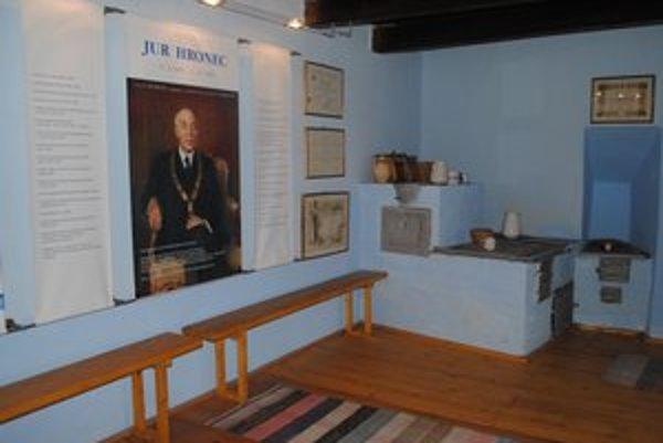 Expozícia J. Hronca spája minulosť so súčasnými prvkami.