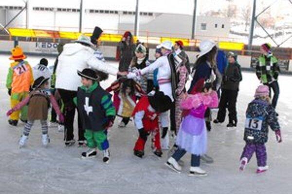 Pestré masky. Deťom sa korčuľovanie v maskách pozdávalo.