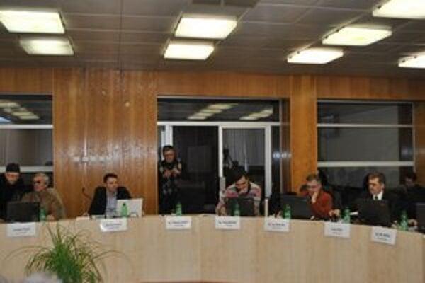 Poslanecké plénum. Materiál predložený K. Kováčom (na snímke druhý zľava) neprešiel. Ten sa vzdal predsedníctva v komisii.