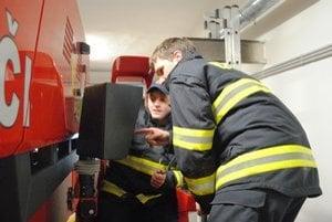 Rožňavskí hasiči zasahovali pri požiaroch aj dopravných nehodách.