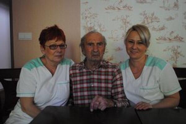Pán Jozef. Milého pána majú v centre seniorov veľmi radi.