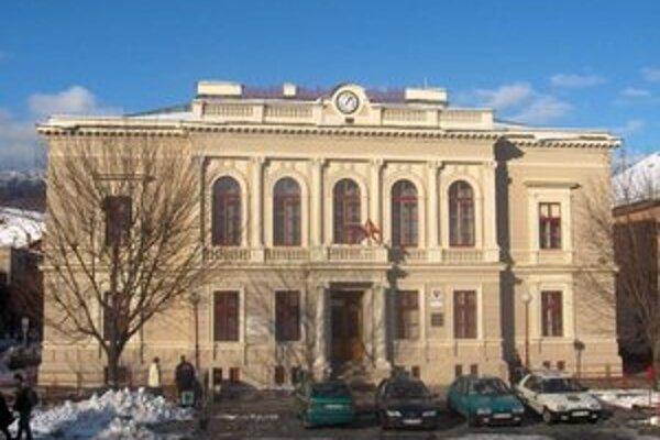 Mestský úrad. Rozdali tisícky eur miestnym organizáciám.