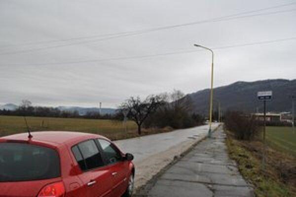 Železničná ulica. Vedľajšia cesta vedúca priamo ku stanici, sú tu tri stĺpy s verejným osvetlením.