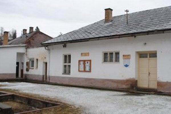 Miestny spoločenský klub. Stará budova nevyhnutne potrebuje rekonštrukciu.