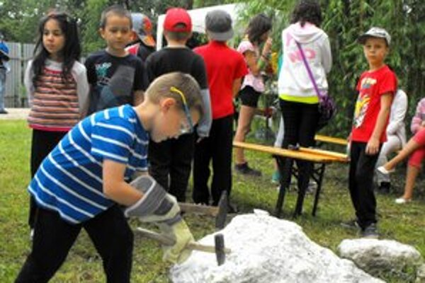Búchanie kladivom bolo pre deti lákavým a zaujímavým momentom.