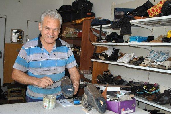 Obuvník Ján. Topánky opravuje od svojich 15 rokov.