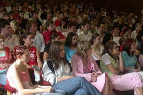 Absolventi. Skoro všetci maturanti chcú ísť študovať na vysoké školy.
