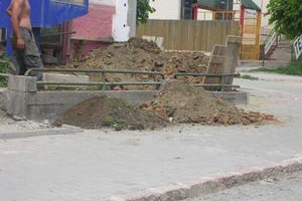 Zemina z výkopových prác je umiestnená na vynovenom chodníku.