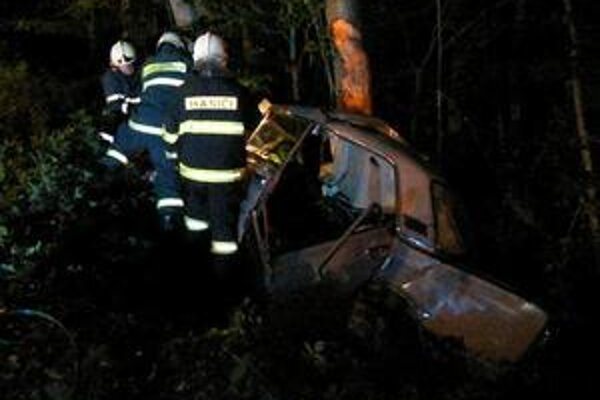 V akcii. Pri nehode pomáhali aj hasiči.