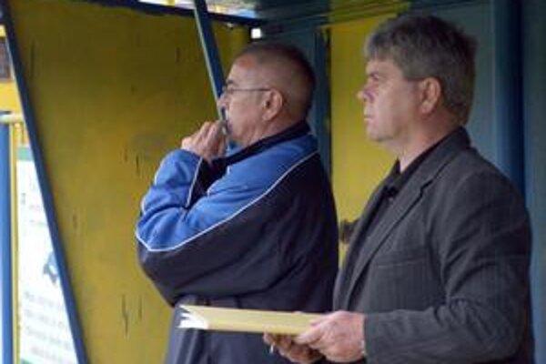 Dobrá jar. K úspešnej jari rožňavského mužstva prispela výraznou mierou aj trénerská dvojica Gejza Farkaš (vľavo) a Július Balta.