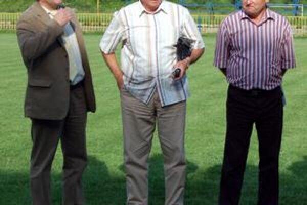 Bez inzultácie. Predseda ObFZ Ján Džubák (spolu s trénerom SP MFK Rožňava Gejzom Farkašom a sekretárom ObFZ Dušanom Pollákom) na vyhlasovaní Jedenástky roka ObFZ 2008/2009. Na jar ho potešilo, že sa hralo bez inzultácií.
