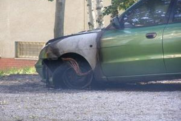 Poškodené auto. Plamene sa podarilo uhasiť vďaka rýchlemu zásahu hasičov.