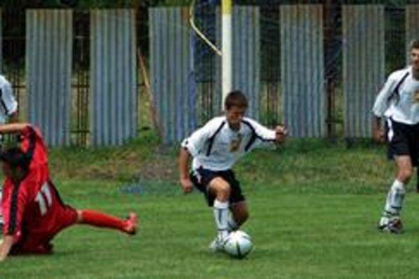 Hladké víťazstvo. Futbalisti Štrby (vo svetlých dresoch) nemali s maďarským Varbó väčšie problémy.