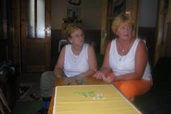Susedky. Božena Árvaiová (vľavo) a Magdaléna Nogeová chcú s ďalšími približne dvadsiatimi obyvateľmi ulice spísať sťažnosť, ktorú zašlú na riešenie mestskému úradu.