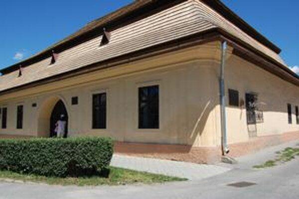 Prvé slovenské gymnázium. Navštívilo ho viac turistov, než tých, ktorí si do tu sídliaceho turistického centra prišli po informácie o turizme.