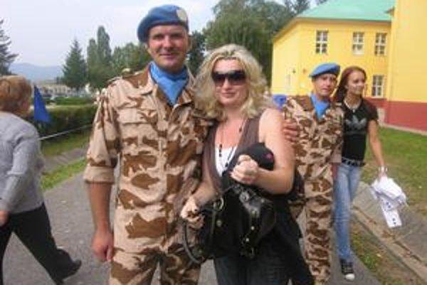 Vojak Ján Szőgedi s manželkou. Na mierovej misii sa zúčastní po prvý raz.