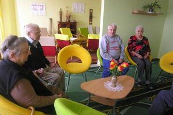 Dôchodcovia. Väčšinou sa ich žiadostiam podarí vyhovieť počas jedného roka.