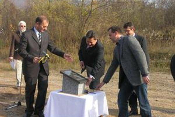 Presne pred rokom za účasti primátora aj zástupcov spoločnosti Celltex v areáli priemyselnej zóny poklopali základný kameň.