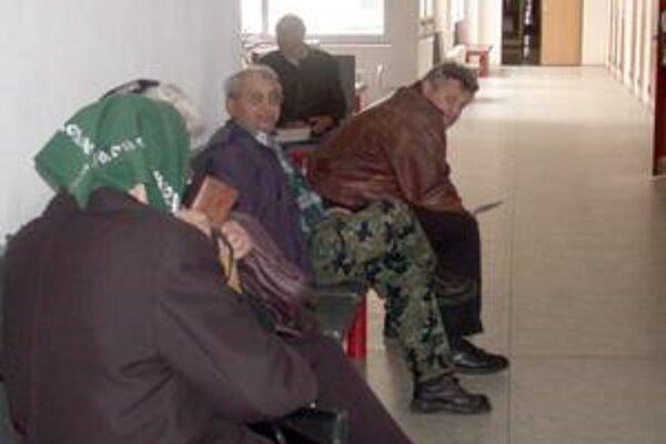 Čakárne. Denne sa v nich schádzajú pacienti všetkých vekových skupín, tí starší k lekárovi chodia aj s cieľom dať sa očkovať proti chrípke.