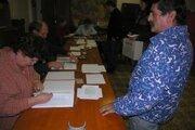 Vo volebnej miestnosti. Občania dostali pred vstupom za plentu inštrukcie, akým spôsobom treba správne voliť.