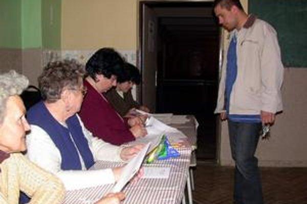 Voľby. V druhom kole bola účasť voličov v BBSK nižšia.