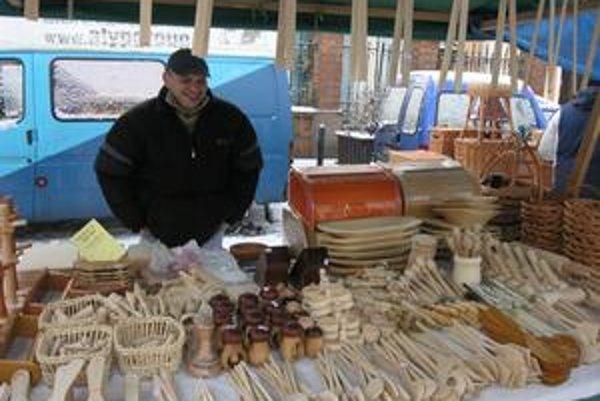 Ľudoví remeselníci. Ponúkali na predaj výrobky vyrezávané z dreva.