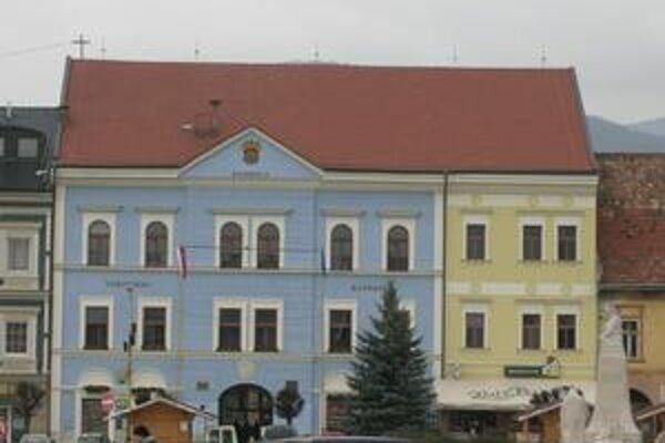 Radnica. Až do februára sú priestory radničnej sály v Rožňave vyťažené plesmi či stužkovými.