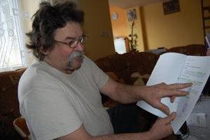 Exstarosta Ján Vrtiš so štósmi dokumentov, ktorými chce dokázať svoju nevinu.