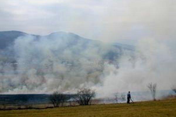 Kôpky s odpadom. Ak vám ich spálenie aj hasiči povolia, podľa Priateľov Zeme porušujete iné zákony.