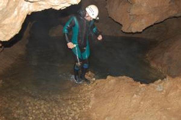 V Krásnohorskej jaskyni. Prehliadkovú trasu zaplavila voda, aká tu ešte nebola.