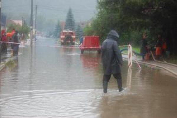 Ulica v Plešivci. Zatopilo ju. Policajti ju uzavreli, rovnako aj most cez Slanú.