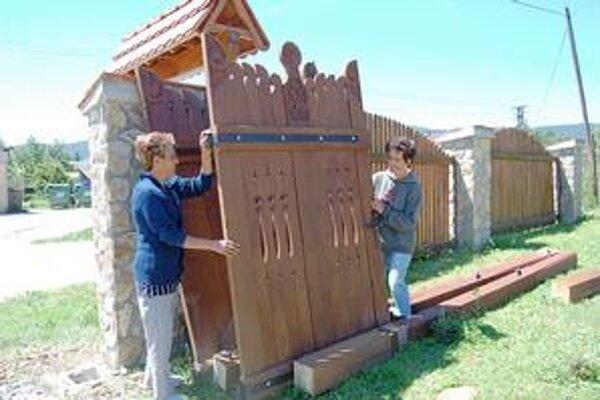 Brány a ploty. Vietor v Rožňavskom okrese vyvalil aj tie.