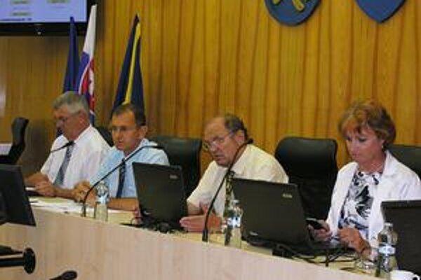 Primátor. Vladislav Laciak (druhý zľava) vraví, že prerokovaním návrhu mesto vyhovelo petícii občanov. Počet poslancov sa zníži z 19 na 17, nie na 13, ako žiadali signatári petície.