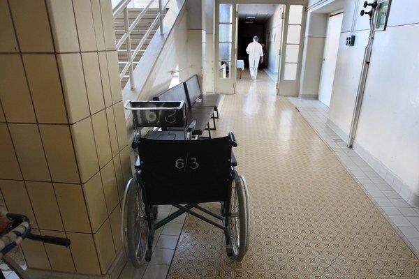 Nemocnice neplatia najmä Sociálnej poisťovni, dodávateľom liekov či pomôcok.