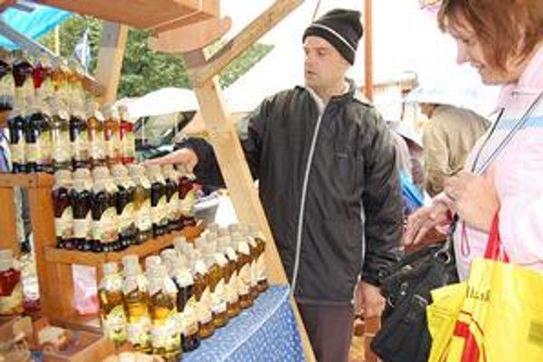 Sirupy a koreniny. Predavač si našiel na Rožňavskom jarmoku aj zákazníkov, ktorí k nemu chodia opakovane.