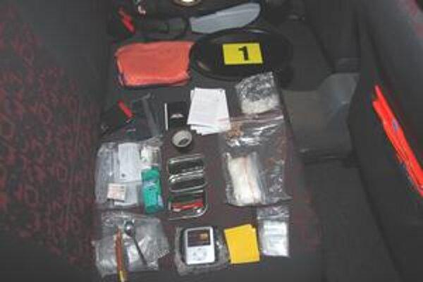 Nálezy. Policajti našli pri prehliadkach bielu kryštalickú látku, peniaze, nelegálne cigarety aj predmety na výrobu drog.