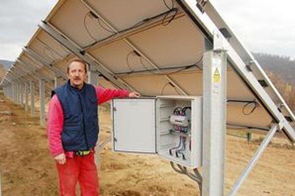 Elektráreň. Na ploche 2,6 hektára je vyše 5 700 fotovoltaických panelov. Ich obsluha je jednoduchá, elektrické vedenie je v zemi.