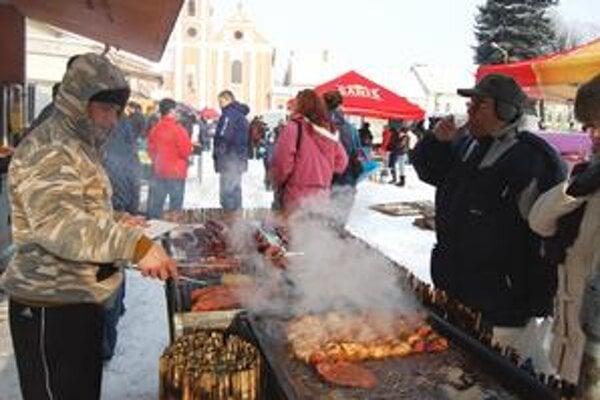 Mäso. V stánkoch s občerstvením prevažujú hlavne mäsové jedlá.