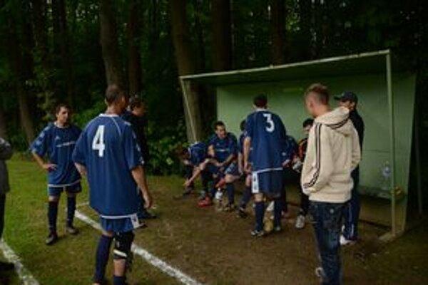 Jedným z trojice mužstiev, ktoré bojujú o záchranu, sú aj futbalisti FK Plešivec.