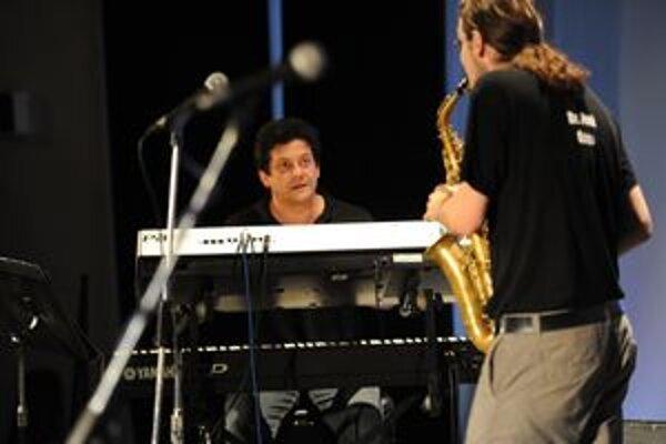 Arpi Farkaš. Odohral na klávesoch takmer štyri hodiny s tromi kapelami a dokázal, že patrí do úzkej slovenskej špičky.