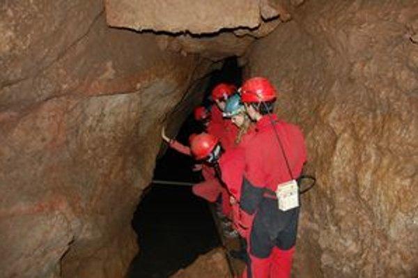 Vpred do jaskyne. Na čele so skúseným jaskyniarom sa prehliadka môže začať.