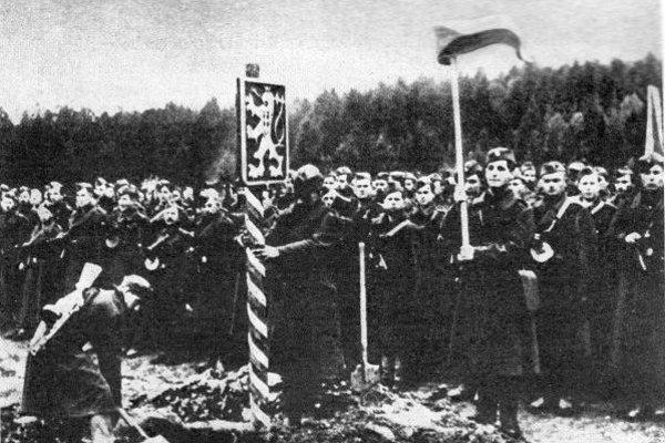 Česko-slovenskí vojaci pri prechode hranice.