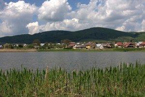 Obec Smilno. Pohľad od jedného z rybníkov niekdajšieho panstva.