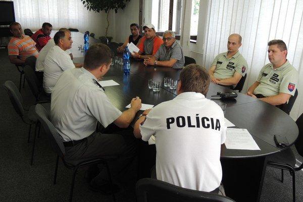Školenie. Policajti dobrovoľníkov poučili o tom, ako majú usmerňovať chodcov.
