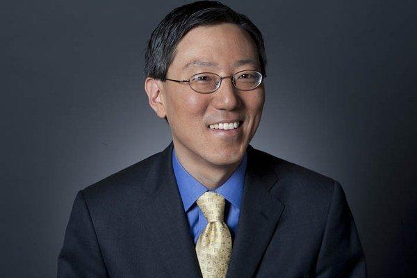 James Kwak je profesorom na University of Connecticut School of Law. S kolegom Simonom Johnsonom napísal bestseller 13 bankárov: Kontrola nad Wall Street a ďalšia finančná kríza (2010), v ktorom sa venujú počiatkom krízy v rokoch 2007 až 2008 a prepoj